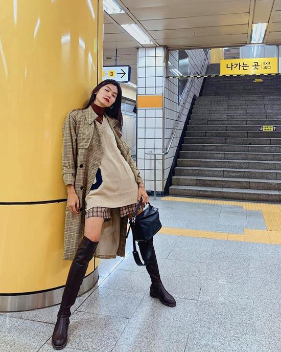 Du lịch đến những miền đất ôn đới vào dịp cuối thu, cách mix đồ như Kim Dung sẽ giúp phái đẹp vừa giữ ấm cho cơ thể, vừa tôn nét cá tính.