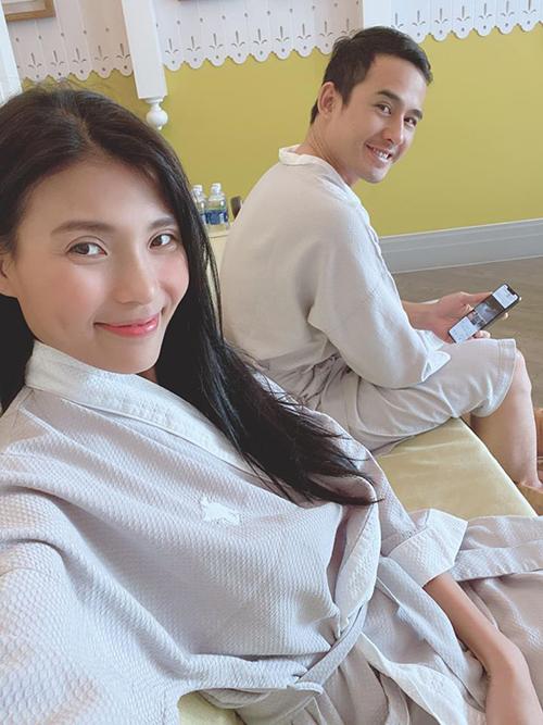 Vợ chồng Thúy Diễm - Lương Thế Thành tranh thủ thư giãn khi du lịch ở đảo ngọc Phú Quốc.
