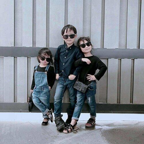 Các con nhà Lý Hải tạo dáng ngầu với túi xách yêu thích.