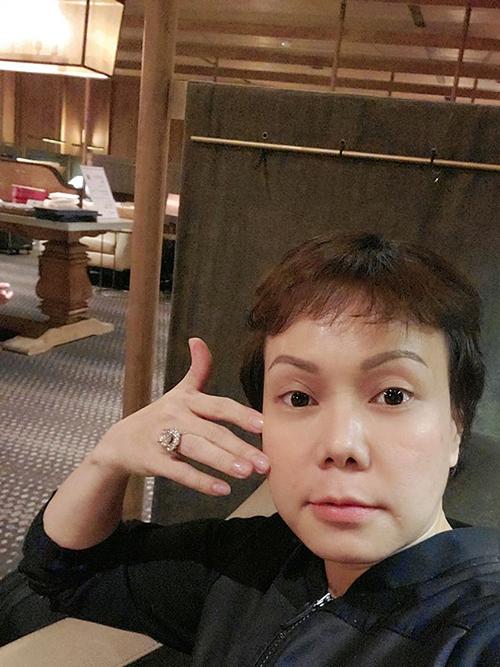 Nghệ sĩ hài Việt Hương tự tin khoe mặt mộc: Tới Taiwan, 14 tiếng bay từ Mỹ, mặt em vẫn căng, khoá nước. Yên tâm xuống máy bay ra mắt phim.