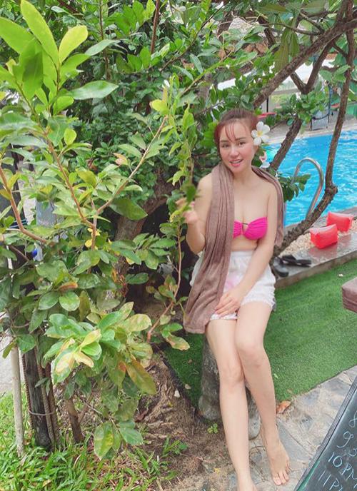 Ca sĩ Vy Oanh diện bikini hai mảnh trong chuyến du lịch nghỉ dưỡng.