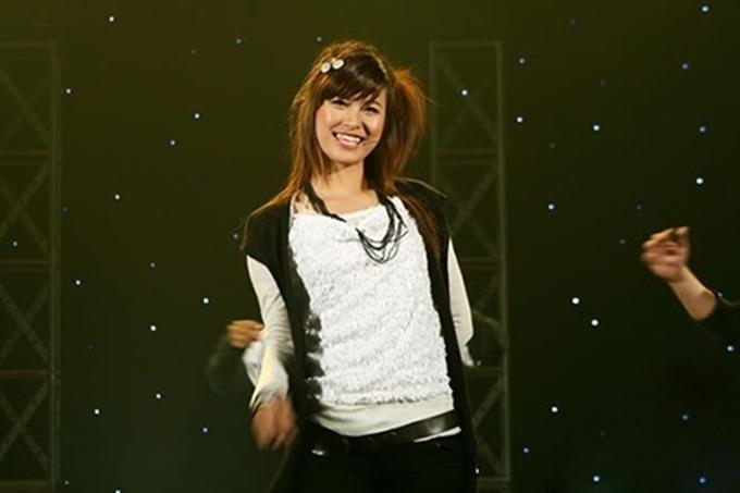 Đông Nhi tên thật là Mai Hồng Ngọc, sinh năm 1988 tại Hà Nội. Cô từng dự thi Vietnam Idol 2007 nhưng bị loại từ vòng thử giọng. Năm 2008, nữ ca sĩ chính thức theo đuổi con đường âm nhạc bằng sản phẩm đầu tay Chàng Baby Milo. Bài hát nhanh chóng trở thành hiện tượng trong giới trẻ, đưa tên tuổi Đông Nhi đến gần hơn với khán giả.