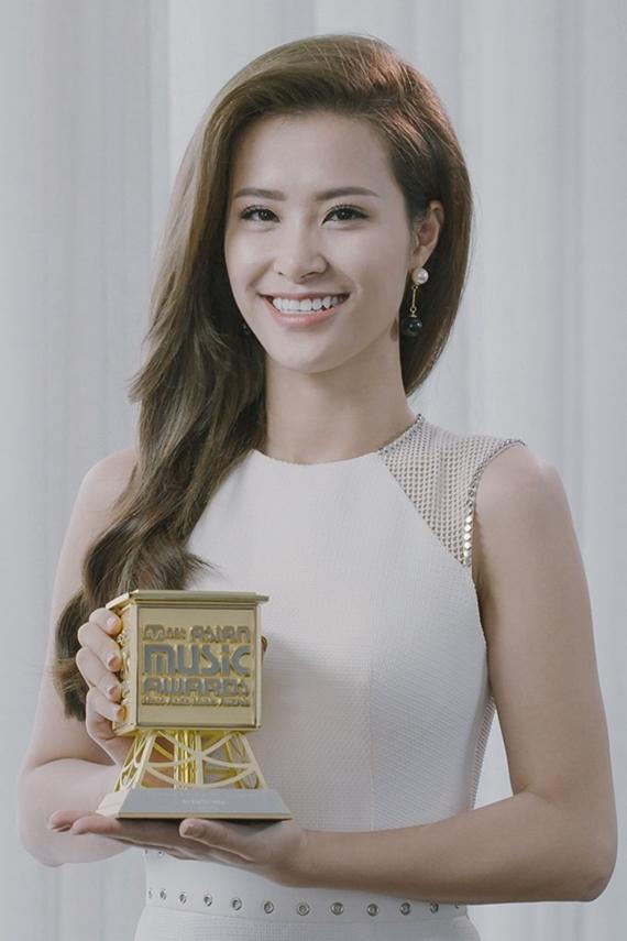 Sau 11 năm miệt mài hoạt động nghệ thuật, Đông Nhi sở hữu nhiều giải thưởng lớn trong nước như: Mai Vàng, Cống hiến, VTV Awards, Keeng Young Awards. Năm 2015, cô nhận giải Ca sĩ châu Á xuất sắc nhất do Mnet Asian Music Awards (MAMA) bình chọn. Năm 2016, nữ ca sĩ chiến thắng hạng mục ca sĩ Đông Nam Á xuất sắc nhất của tổ chức MTV Asia.