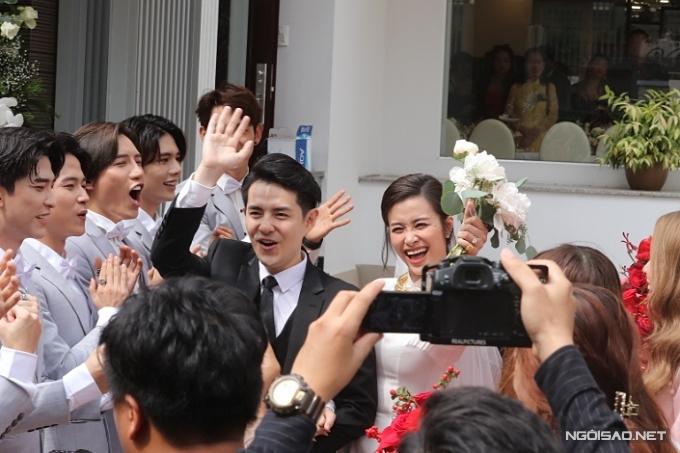 Sau phần hỏi dâu, Ông Cao Thắng và Đông Nhi cùng di chuyển về nhà trai. Sự xuất hiện trở lại của họ nhận được sự hò reo cổ vũ từ fan.