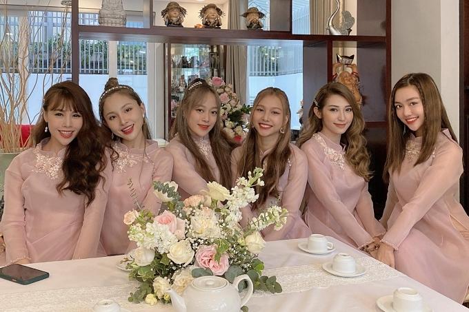 Dàn phụ dâu gồm: ca sĩ Khổng Tú Quỳnh, biên đạo