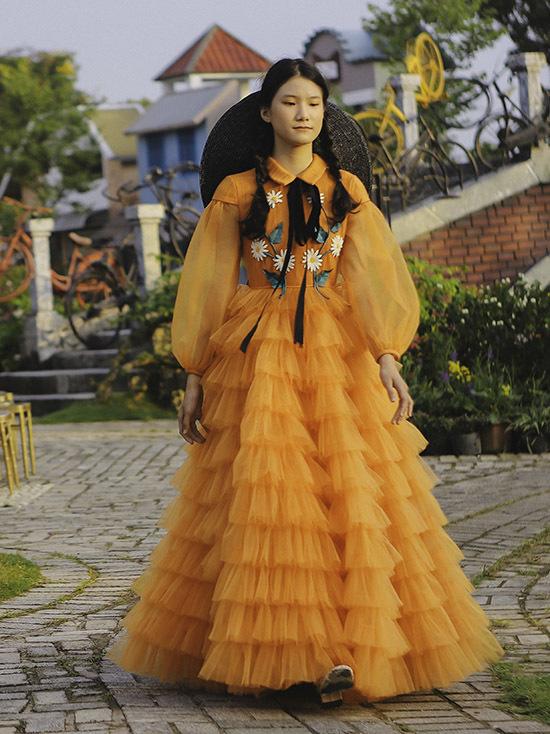 [Caption Tạ Hoàng Anh là gương mặt người mẫu nhí ấn tượng với Nguyễn Minh Công ngay từ lần đầu gặp mặt. Anh tin tưởng giao cho vai trò vedette cho màn kết hoàn hảo trong buổi ra mắt tại Tuần lễ thời trang trẻ em Việt Nam 2019 (Vietnam Junior Fashion Week) tại Hà Nội.  Bộ trang phục Tạ Hoàng Anh mặc có kiểu dáng của người đẹp châu Âu thế kỷ 19 từ cổ cánh sen, tay bồng, váy xòe dài đến chiếc nón vải buộc ở cổ. Tuy nhiên, chất liệu voan và hoa văn thêu lại mang đến vẻ hiện đại cho bộ trang phục.