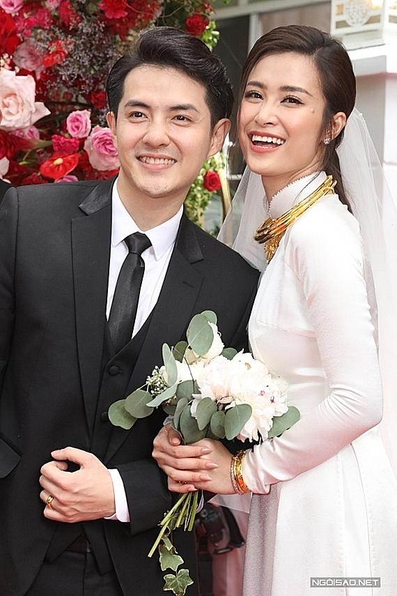 Tối 9/11, Đông Nhi lên xe hoa với Ông Cao Thắng sau 10 năm yêu nhau. Lễ cưới của cặp đôi tổ chức tại Phú Quốc với sự góp mặt của khoảng 500 khách mời, trong đó 200 người là nghệ sĩ nổi tiếng.