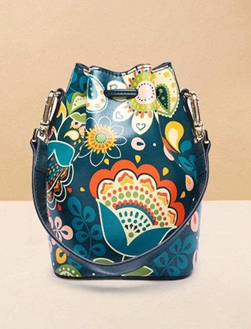 Mẫu túi thắt dây được Venuco lăng xê cũng làm từ da PU và polyester, bền và bắt mắt nhờ họa tiết hoa lá.