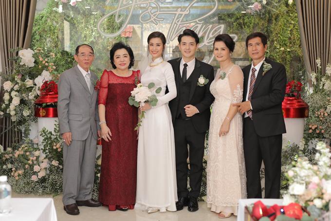 Cô dâu, chú rể bên bố mẹ hai bên.