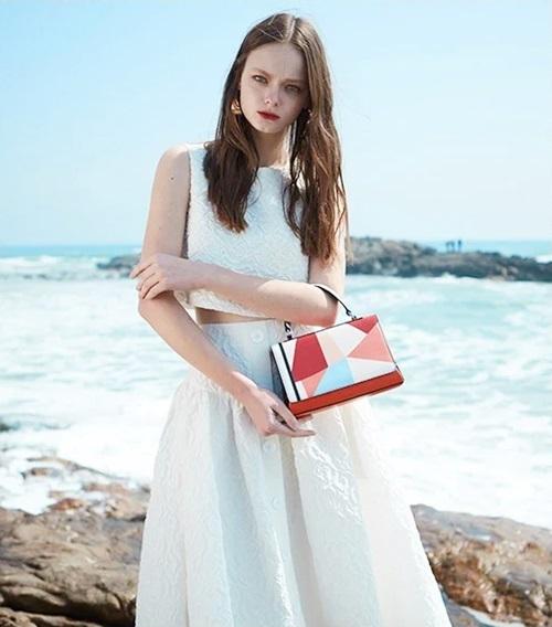 Túi hộppha màu đỏ cam Venuco Madrid S346 thích hợp với những cô gái sành điệu, phù hợp với nhiều hoàn cảnh từ dạo phố, dự tiệc, chụp ảnh thời trang... Để nổi bật diện mạo, các nàng nên trang điểm đậm, diện đầm đơn sắc hay trang phục vintage.