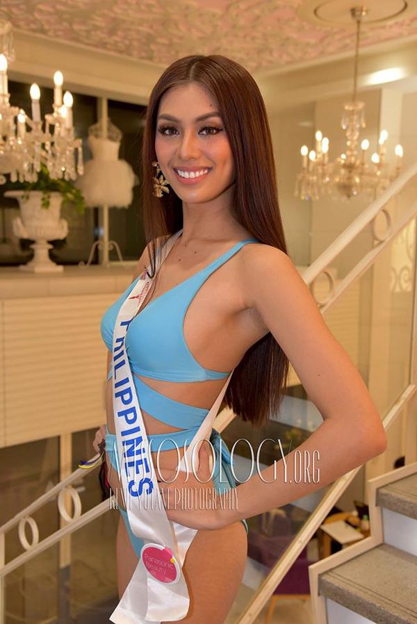 Người đẹp Philippines khoe dáng mảnh mai.