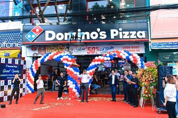 Ông cùng các nhân viên khởi động Drone - thiết bị bay không người lái, tiến hành giao bánh pizza trong vòng 25 phút cho khách hàng.