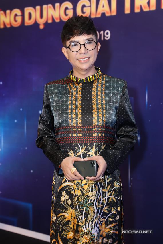 Ca sĩ Long Nhật diện áo dài in hoa đi sự kiện chiều 7/11.