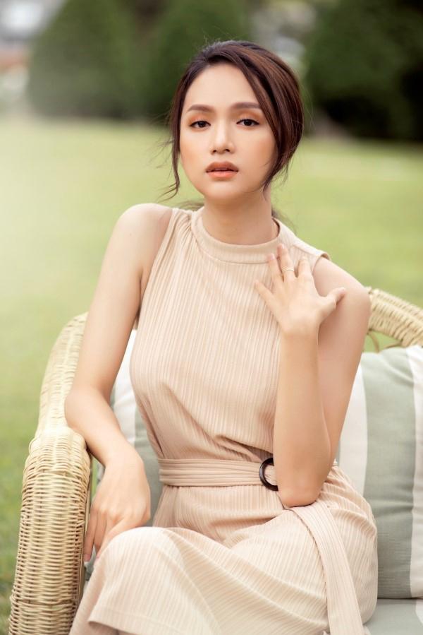Trong MV mới ra mắt Anh ta bỏ em rồi, Hương Giang tiếp tục gây ấn tượng với khán giả bởi vẻ đẹp mong manh, làn da không tỳ vết.