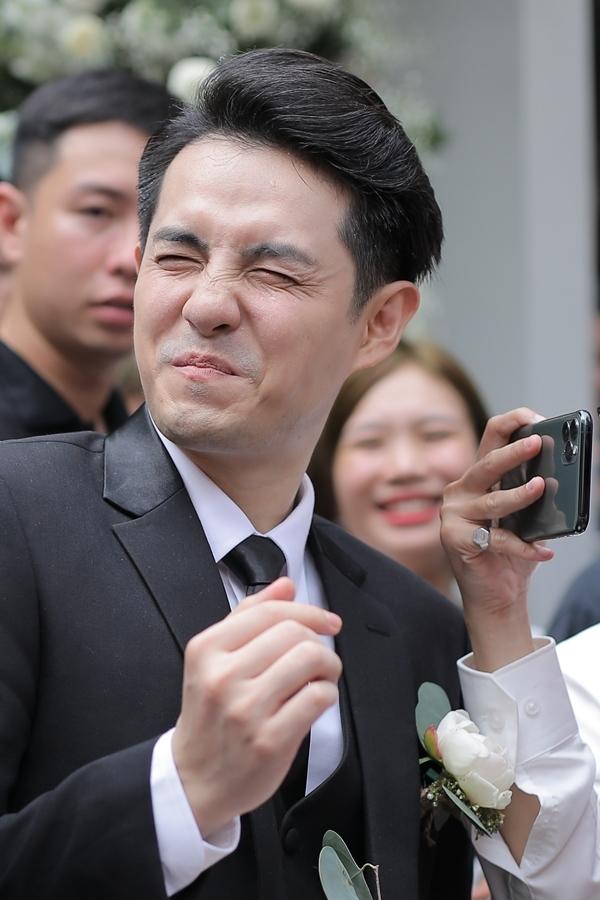 Trước khi bước vào nhà, Ông Cao Thắng và dàn phụ rể phải thực hiện thử thách ngậm chanh. Chú rể nhăn mặt vì độ chua khiến nhà gái và fan hò reo thích thú.