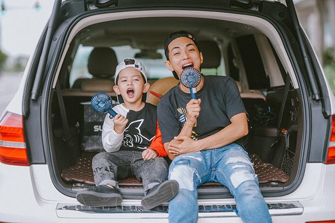 Khoảnh khắc tinh nghịch của Phan Hiển và con trai Kubi.