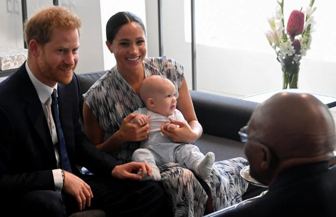 Meghan bế con trai Archie, cùng chồng trò chuyện với Linh mục Demon Tutu trong chuyến công du hồi tháng 9. Ảnh: Reuters.