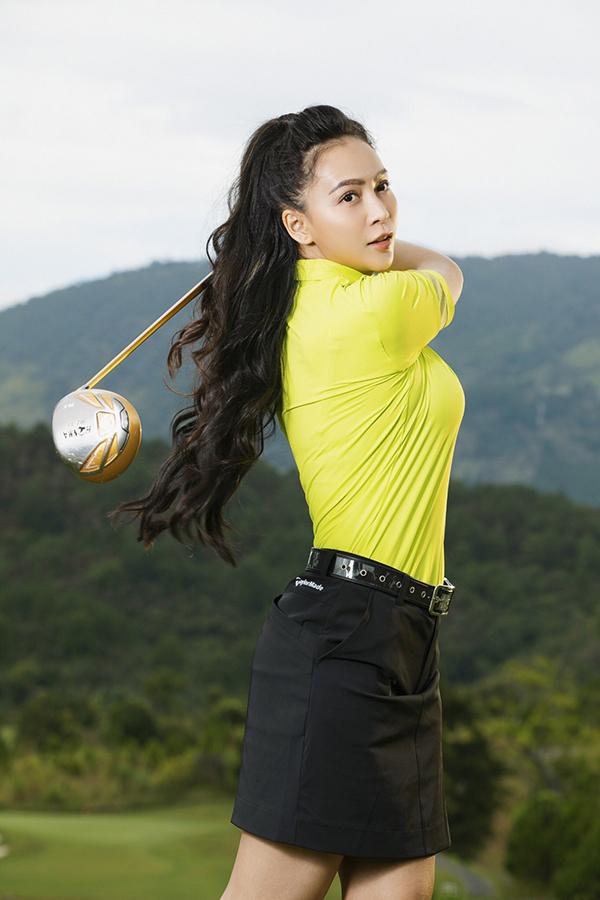 Chân váy (short) kết hợp với thắt lưng cùng màu là áo phông sáng màu là cách phối đồ được nhiều chị em yêu thích khi chơi golf.