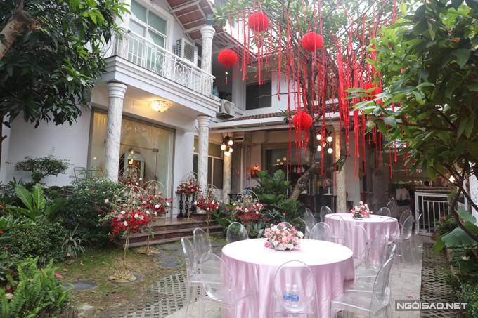 Khu vườn trong sân nhà được tô điểm với nhiều đèn lồng đỏ, các tiểu cảnhgắn hoa tươi giúp không gian thêm lãng mạn.