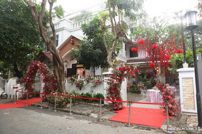Biệt thự của Ông Cao Thắng trở nên sinh động với dàn hoa tươi được trang trí hai bên cổng nhà, hàng rào.