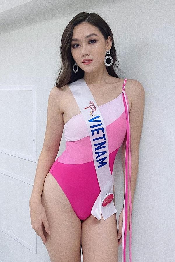 Tường San chọn bộ cánh màu hồng cánh sen, tôn làn da trắng mịn. Người đẹp cũng nhận được đánh giá tích cực khi là thí sinh hiếm hoi tuân thủ yêu cầu chọn trang phục áo tắm liền mảnh từ ban tổ chức.