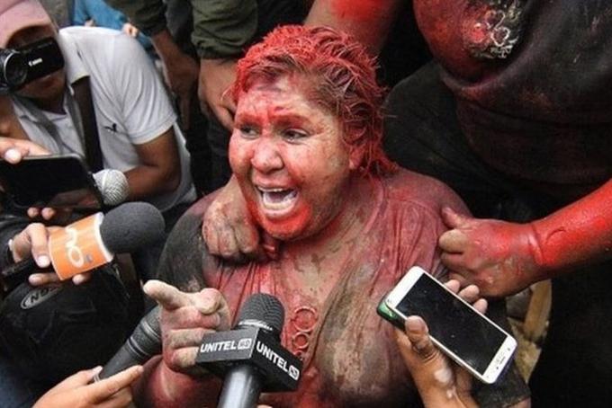 Bà Patricia Arce trả lời báo chí sau khi được giải cứu. Ảnh: EPA.