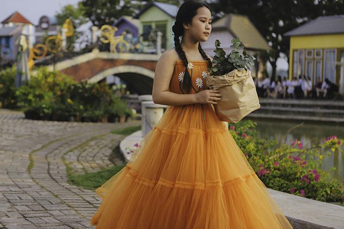 Hoa hậu Hoàn vũ nhí thế giới 2019 Bella Vũ diễn cùng Tạ Hoàng Anh. Bella Vũ năm nay 11 tuổi, lai hai dòng máu Việt Nam - Singapore.