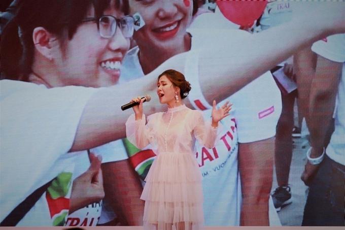 Ca sĩ Hà Nhi thể hiện ca khúc chủ đề của chương trình.