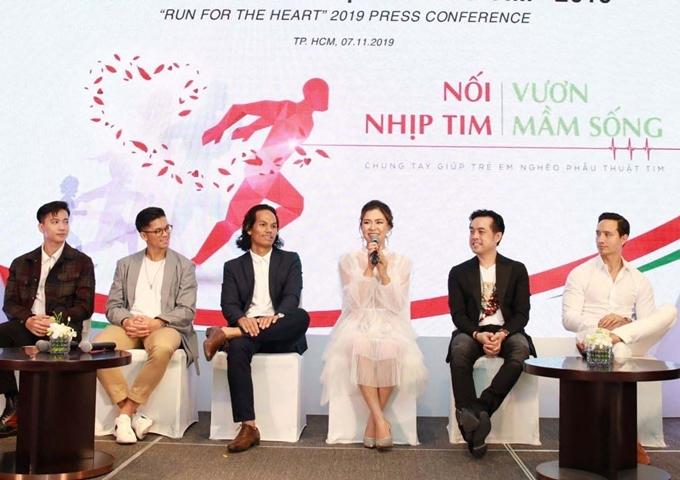 Các nghệ sĩ xuất hiện trên sân khấu buổi họp báo.