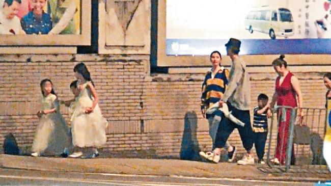 Hồng Hân ăn mặc trẻ trung, trông cô đẹp đôi bên ông xã họ Trương, dù họ chênh nhau 11 tuổi.