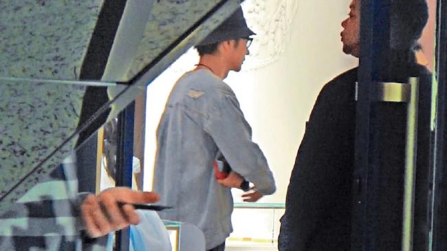 Trương Đan Phong được cho là đã cắt đứt hoàn toàn với Tất Oánh sau thời gian gây ồn ào. Anh từng phủ nhận mối quan hệ với cô trợ lý, dù người dùng mạng bóc mẽ nhiều hình ảnh anh và cô gái trẻ cặp kè trong khách sạn.