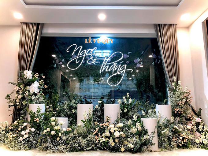 Đông Nhi đăng khung cảnh tràn ngập hoa tươi cho lễ Vu quy sáng mai 8/11 cùng chú thích: Chúng tôi đã sẵn sàng.