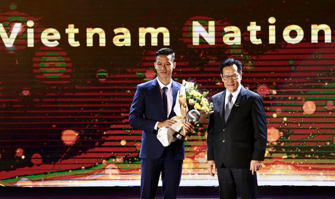 Đội trưởng Quế Ngọc Hải thay mặt đội nhận giải Đội tuyển nam hay nhất. Ảnh: Đương Phạm.