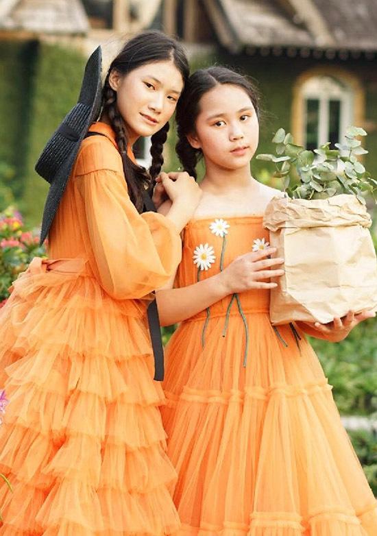 Tạ Hoàng Anh và Bella Vũ khá thân thiết. Cả hai nhiều lần gặp gỡ trong các buổi diễn thời trang nên nhanh chóng trở thành bạn bè.