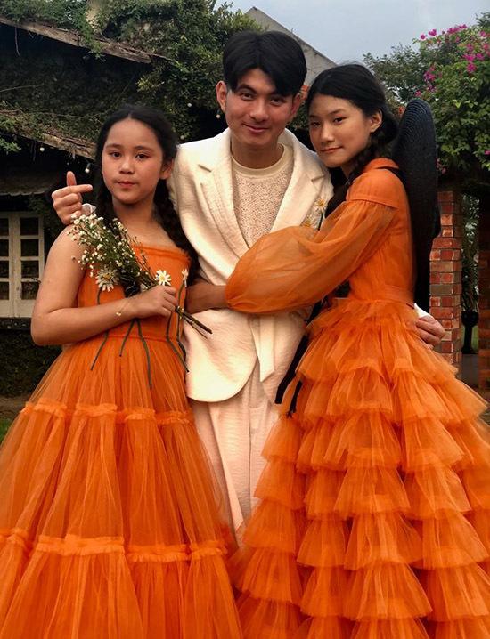 Nhà thiết kế Nguyễn Minh Công chụp ảnh cùng hai mẫu nhí.