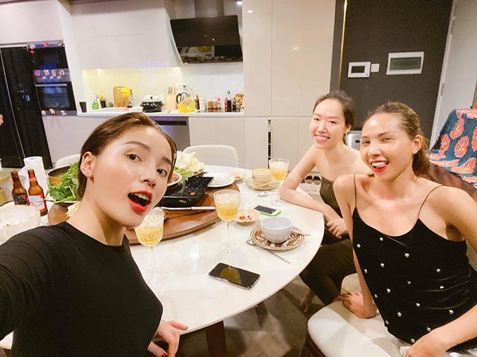 Hoa hậu Kỳ Duyên được Minh Triệu và một người chị thân thiết trổ tài nấu nướng mừng sinh nhật sớm. Cô viết: Sinh nhật sớm cùng những người yêu thương mình, xinh đẹp và nấu ăn ngon. Năm nay nhiều sinh nhật sớm quá, thích ghê í.