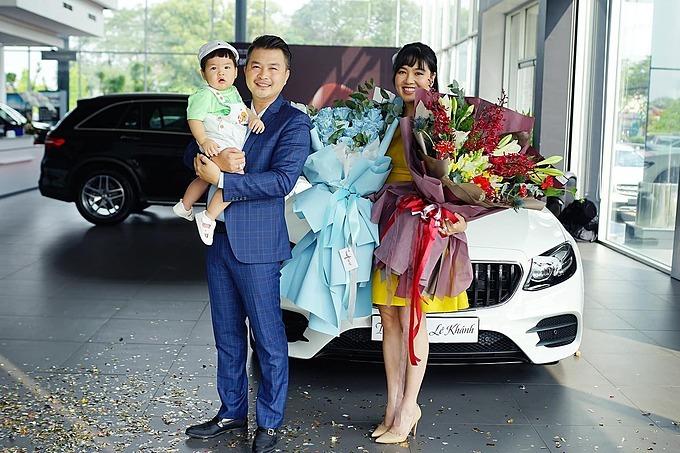 Vợ chồng Lê Khánh - Tuấn Khải đưa con trai đến showrom nhận xe MercedesE300AMG mới, trị giá gần 3 tỷ đồng. Đây là món quà cả hai tự thưởng cho bản thân sau thời gian dài cày cuốc.