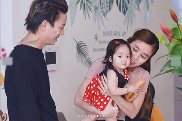 Vợ chồng Hoài Lâm bên con gái thứ hai.