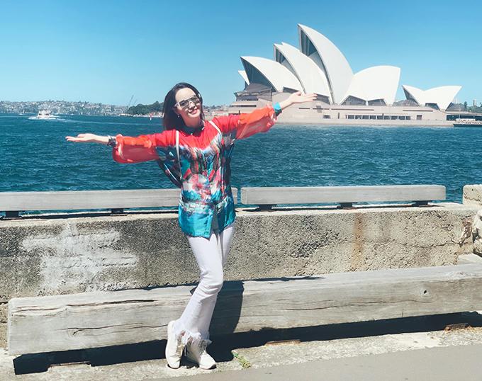 Chia sẻ về chuyến du lịch Australia, diễn viên Mai Thu Huyền viết: Chiêm ngưỡng Nhà hát Opera Sydney từ nhiều góc độ khác nhau. Nhà hát có kiến trúc độc đáo hình con sò hay những cánh buồm no gió ra khơi. Đây là công trình kiến trúc độc đáo của Sydney nói riêng và nước Úc nói chung, thu hút nhiều du khách đến thăm.