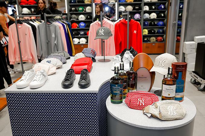 MLB là thương hiệu thời trang đường phố hàng đầu Hàn Quốc với các thiết kế mang đậm tinh thần thể thao và có tính ứng dụng cao. Được biết, công ty thời trang Maison là đơn vị lần đầu tiên phân phối độc quyền nhãn hàng MLB tại Việt Nam.