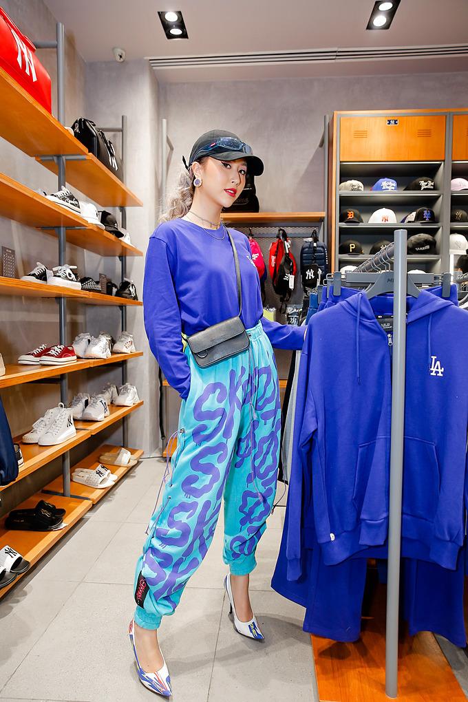 Không hổ danh là hotgirl đa phong cách của làng thời trang Việt, Quỳnh Anh Shyn khiến giới mộ điệu trầm trồ trước style mix&match outfit năng động cùng giày cao gót ton-sur-ton.