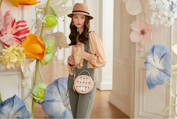 Với những kiểu túi họa tiết, phái nữ nên phối với trang phục đơn sắc, càng đơn giản càng tốt.