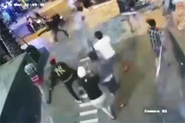 Ông Quân bị nhóm thanh niên vây chém. Ảnh cắt từ clip.
