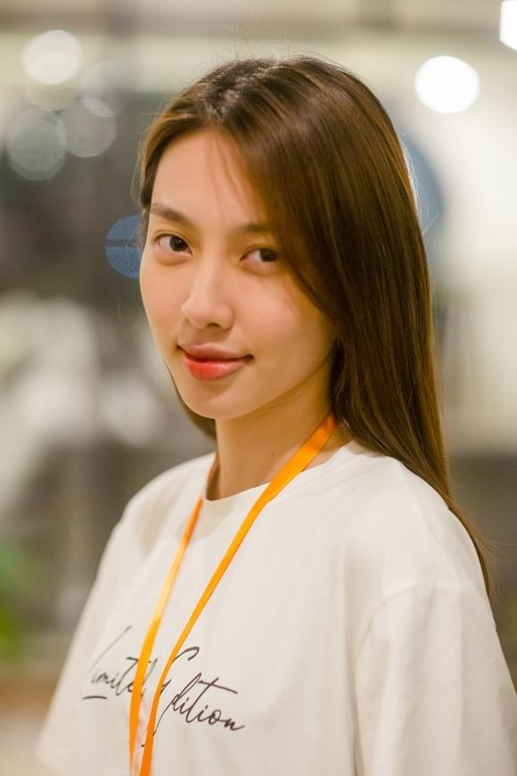 Nguyễn Thúc Thùy Tiên giản dị tham gia lớp học diễn xuất.