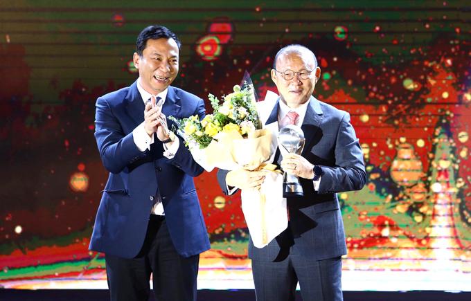 HLV Park xin trao lại giải thưởng cho các thành viên của đội tuyển và VFF. Ảnh: Đương Phạm