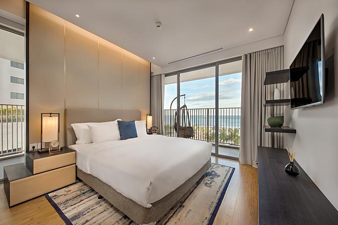 Phòng ngủ view biển với nột thất sang trọng và cao cấp.
