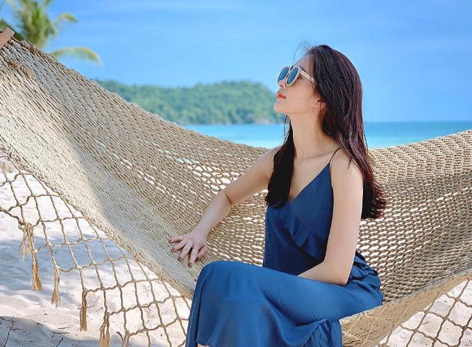 Hoa hậu Thu Thảo thảnh thơi trên Bãi Khem thuộckhu resort cao cấp này. Bãi Khem cũng là một trong những bãi biển đẹp nhất trên đảo Phú Quốc. Cách khá xa trung tâm, du khách sẽ cảm thấy hơi bất tiện đôi chút nếu muốn vào trung tâm vui chơi nhưng bù lại là không gian riêng tư, thư thái, tránh xa ồn ào. Do đó, nơi đây được nhiều người nổi tiếng tín nhiệm.