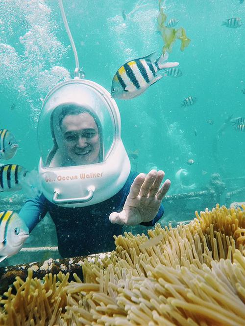 Ca sĩ Quang Vinh thích thú khi được lặn dưới đáy đại dương ngắm san hô và những chú cá đầy màu sắc trong chuyếndu lịch Bali (Indonesia). Anh tiết lộ: Giá 1.500.000 đồng cho 30 phút đi bộ dưới lòng biển và có thợ chụp ảnh sẵn nha. (Giá đã bao gồl file hình, video).