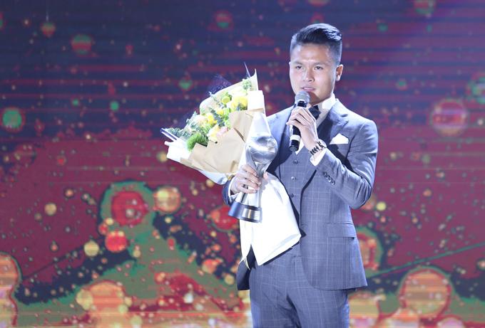 Quang Hải đoạt giải thưởng quan trọng nhất đêm Gala. Ảnh: Đương Phạm.