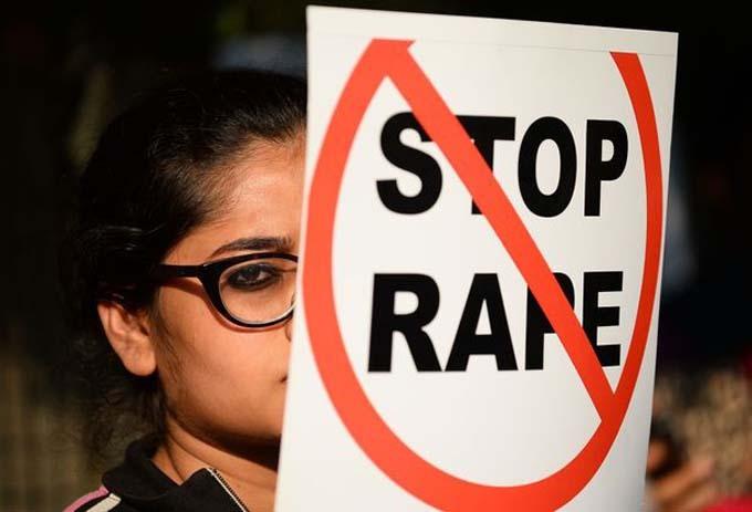 Một nhà hoạt động xã hội Ấn Độ giơ tấm áp phích phản đối cưỡng hiếp trong một cuộc biểu tình ở New Delhi. Ảnh: AFP.